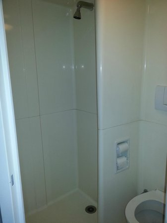 Ibis Budget Rouen Petit Quevilly: Bathroom (shower to the left, toilet to the right)