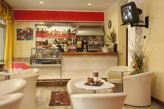 Hotel Suez: Bar aperto dalle 8.00 alle 24.00