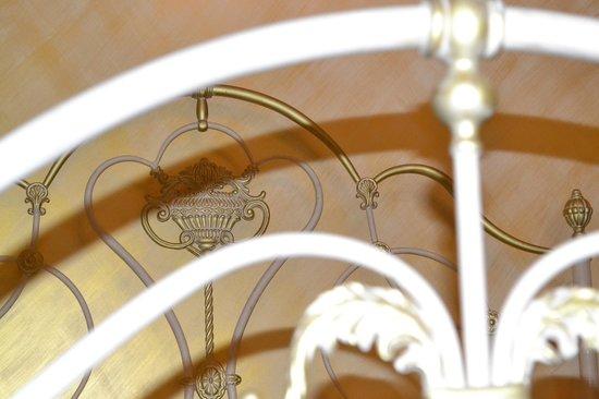 Domus Cestia: particolare del letto nella stanza oro