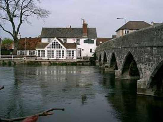 Фордингбридж, UK: The old bridge at Fordingbridge (with the George Inn alongside)