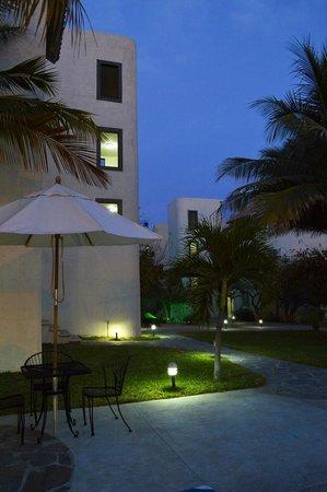Santa Maria Hotel & Suites: Iluminación en andadores