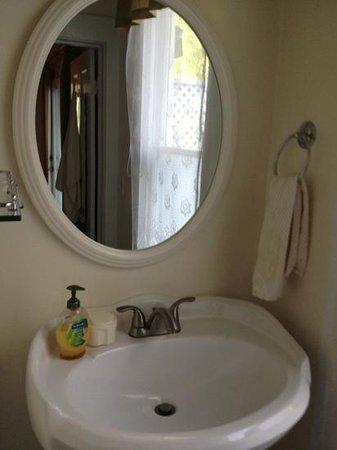 Deer Creek Inn : bath in winnie's room