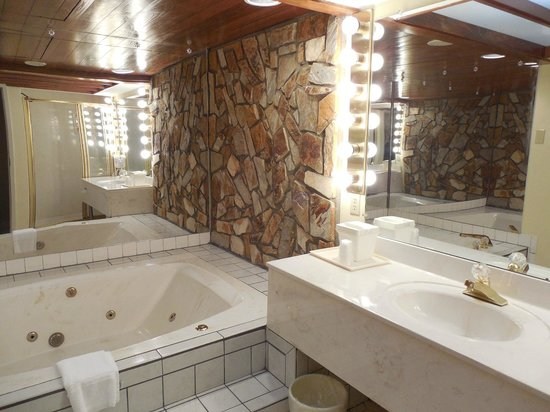 Comfort Inn Clemson University Area: Relaxing Jacuzzi Tub
