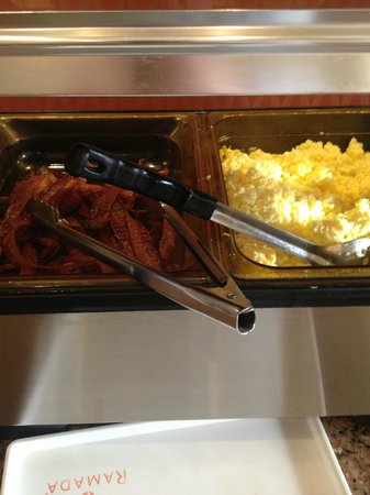 Ramada Suites Orlando Airport: breakfast