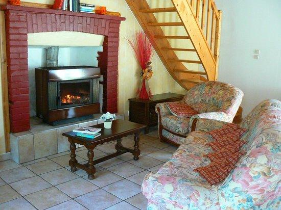 La Cavalerie : confortable salon de détente avec cheminée