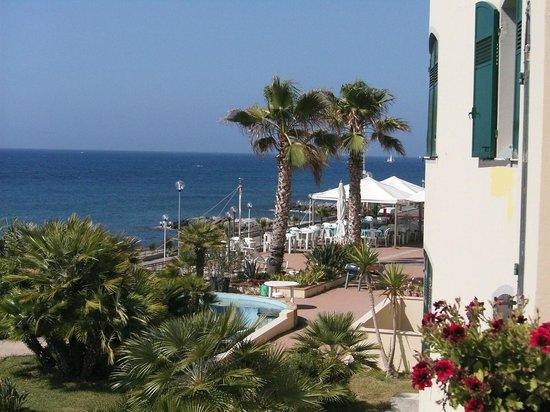 Albergo Lucciola : esterno e giardino sul mare
