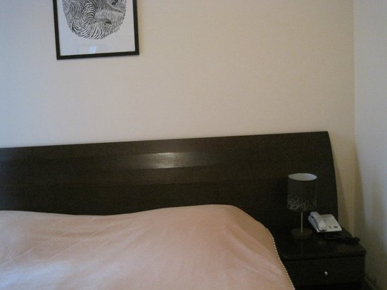 Grand Mark Hotel: Bed and night stand
