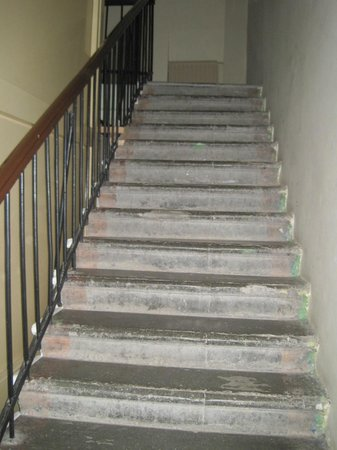 Grand Mark Hotel: Stair up to hotel entrance through front door