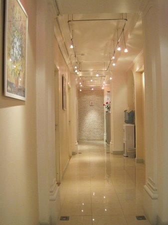 Grand Mark Hotel: Bright interior hotel entrance