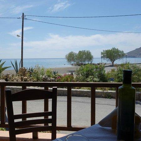 Zorbas Taverna: Vista sulla spiaggia