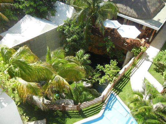 Hotel Posada Sian Ka'an: Vista de balcon, cenote y comedor