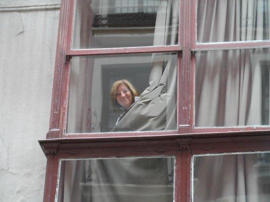 AliciaZzz Bed & breakfast bilbao: desde abajo, asomando por la ventana