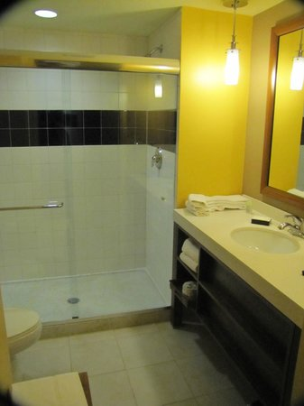 Hotel Urbano: Very modern bathroom... and clean!