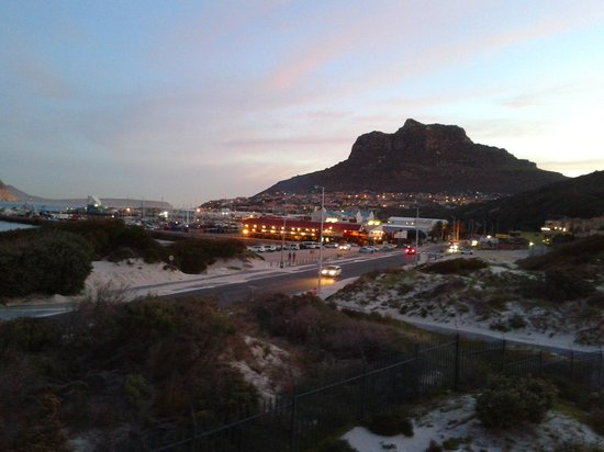 Hout Bay Backpackers: The Night time View from the deck