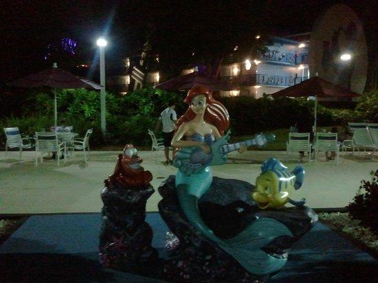 Disney's All-Star Music Resort : La petite Sirène près piscine Piano