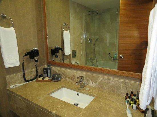 Demora Hotel: Bathroom View