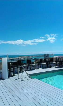 Hotel Molina Lario: Utsikt från takterass- Längst borta ser man hamnen.