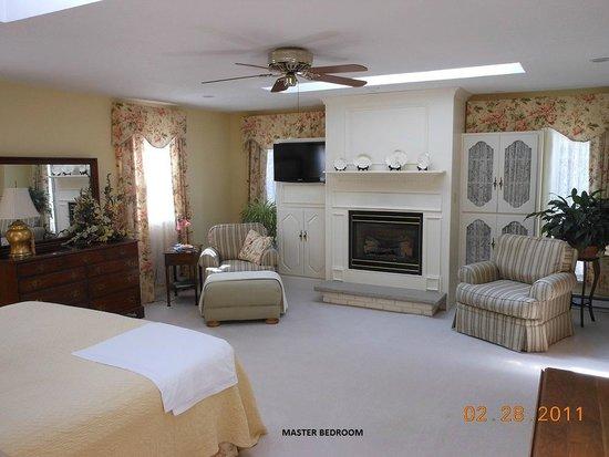 Larkspur House B&B: MASTER BEDROOM