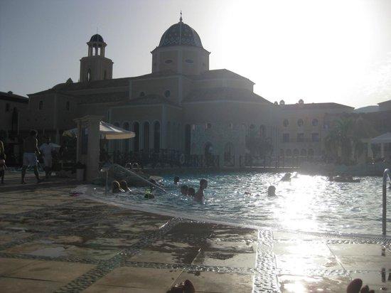 Melia Villaitana: zona piscinas restaurante hotel.