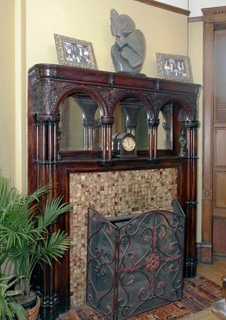 Welcome Inn Manor Bed & Breakfast: Dining Room- 1893 Redwood Oak Decorative Fireplace