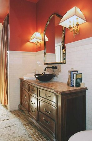 Welcome Inn Manor Bed & Breakfast: Rosenwald Suite Bathroom & Vanity w/Bowl Sink