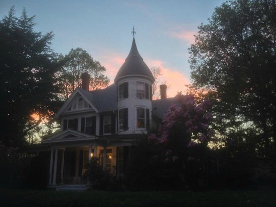 Victoria Gardens Inn: The Inn at sunset