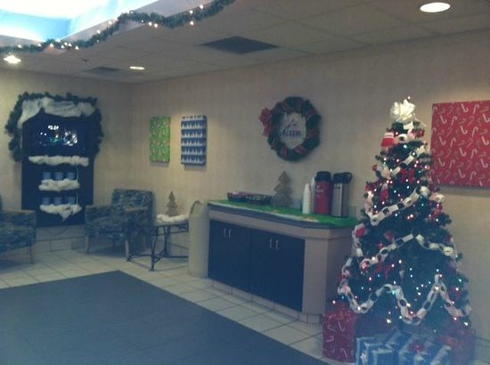 Motel 6 Sandusky-Milan: Lobby area all decorated for Christmas