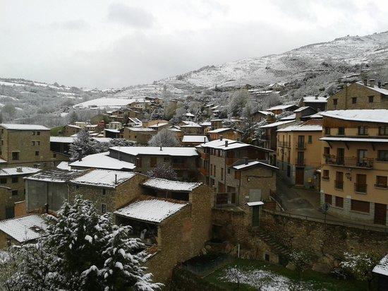 Cerdanya EcoResort: Viendo nevar desde la habitación.