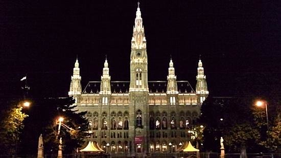 SCHINDL Local Services & Day Tours: City hall. Rathaus.