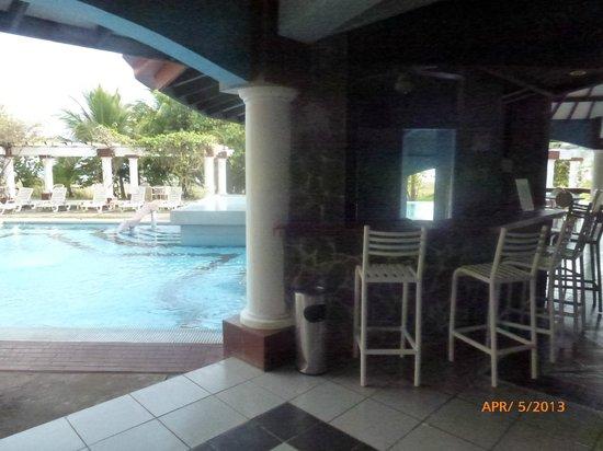 Hotel Las Olas Beach Resort: Bar and pool