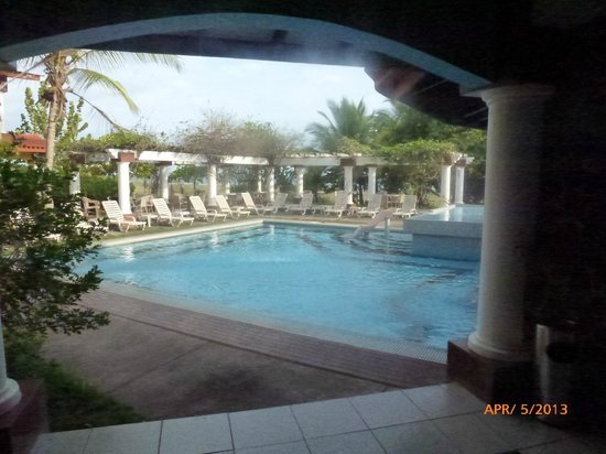 Hotel Las Olas Beach Resort: Pool from bar area
