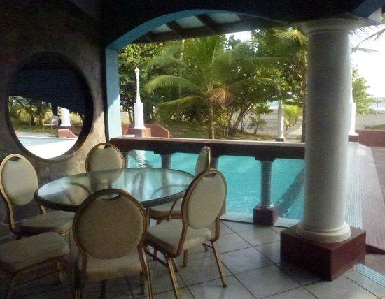 Hotel Las Olas Beach Resort: Dining area around pool