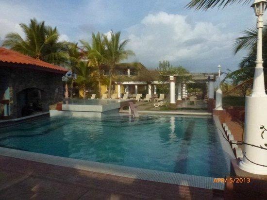 Hotel Las Olas Beach Resort: One of three pools
