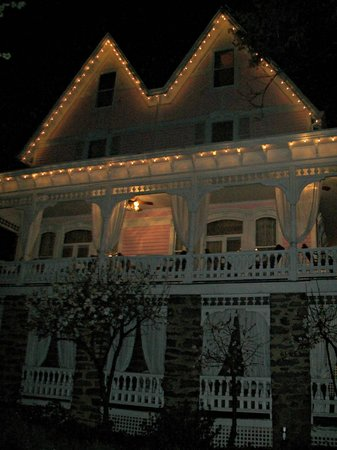 Cedar Crest Inn: Exterior at night.