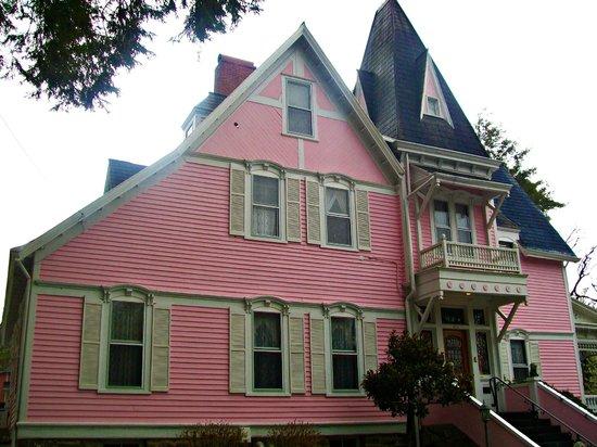 Cedar Crest Inn: The exterior.