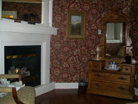 Cedar Crest Inn : Fireplace in the Serenity Suite.