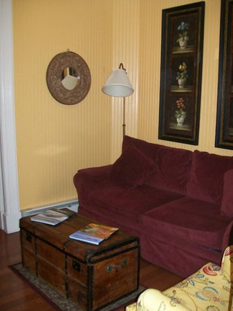 Cedar Crest Inn: The sleeper sofa in the suite.
