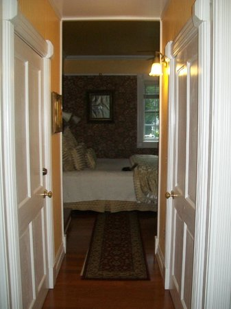 Cedar Crest Inn: Looking into the bedroom from the living area.