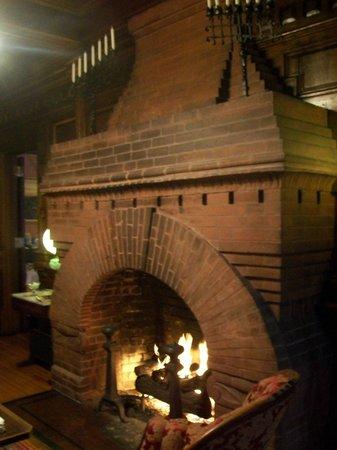 Cedar Crest Inn: The fireplace in the main lobby.