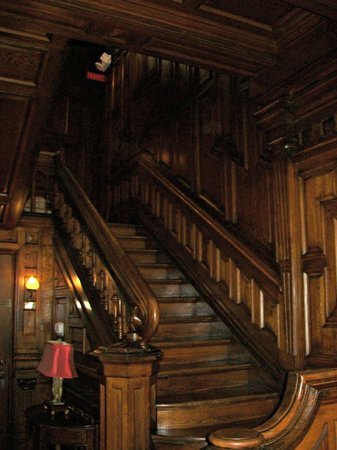 Cedar Crest Inn: The stairs in the main lobby. Everything was rich wood. Beautiful!
