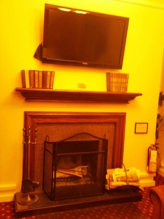 Bedford Regency Hotel: working fireplace!