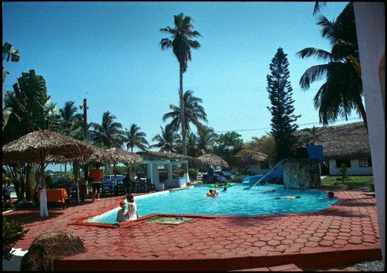 Alberca frente a las villas picture of villas playa for Villas otoch paraiso