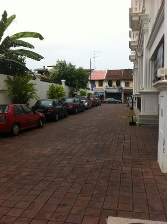 The Sterling Boutique Hotel Melaka: Driveway to hotel