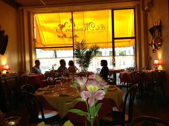 A la Maison Bistro: Warm and golden lighting