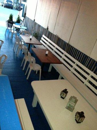Shorebreak Lodge: front patio