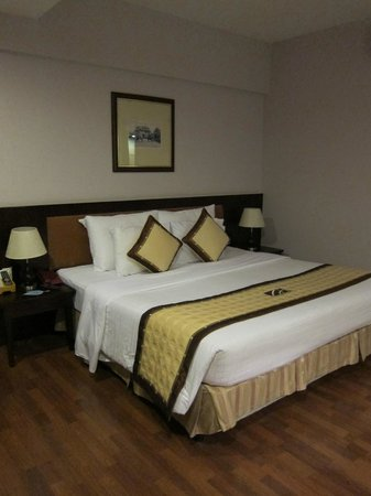 Mondial Hotel Hue: bed