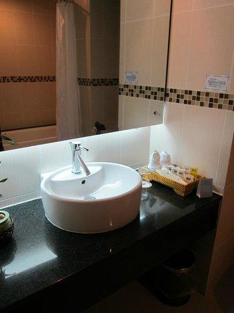 Mondial Hotel Hue: bathroom