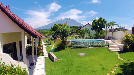 Ocean Sun Dive Resort Tulamben : Ocean Sun Dive Resort with agung mountain view