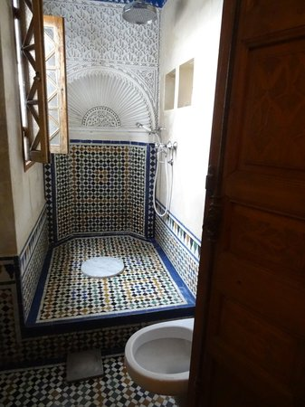 Riad Dar Mayssane : the shower and toilette room