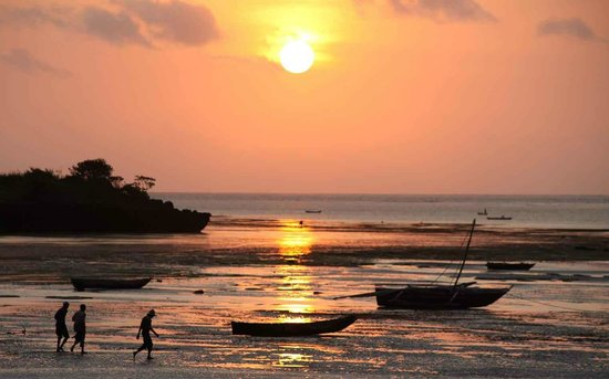 Mbuyu Beach Bungalows: Sunrise at the nearby fishing harbour